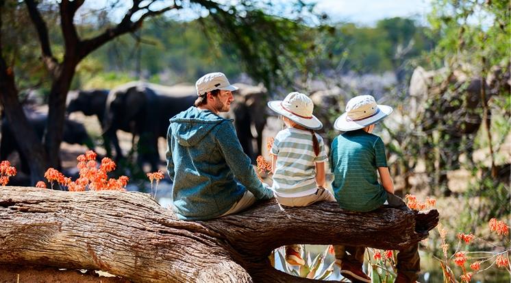 Vater mit Kinder und Elefanten im Hintergrund