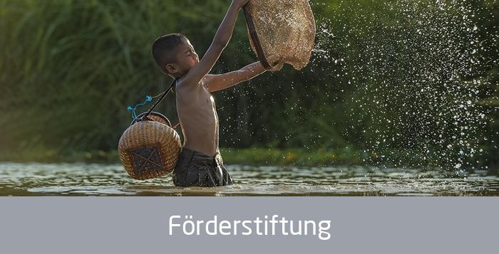 Asiatischer Junge beim Fischen, Text: Förderstiftung