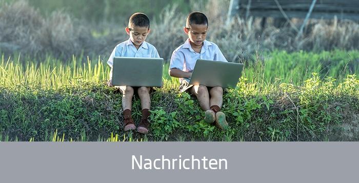 Asiatische Jungen mit Laptop, Text: Nachrichten
